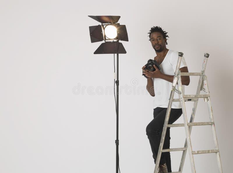 有照相机的男性摄影师在演播室 免版税库存图片