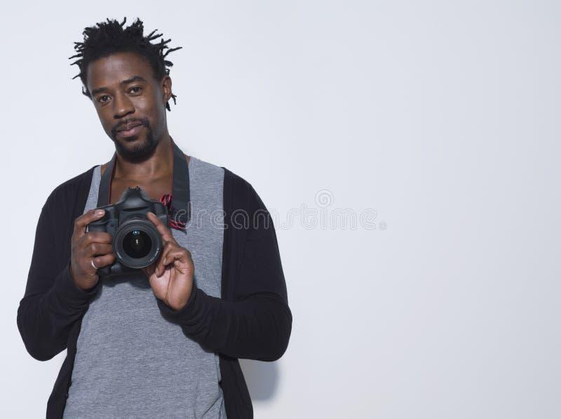 有照相机的男性摄影师在演播室 图库摄影