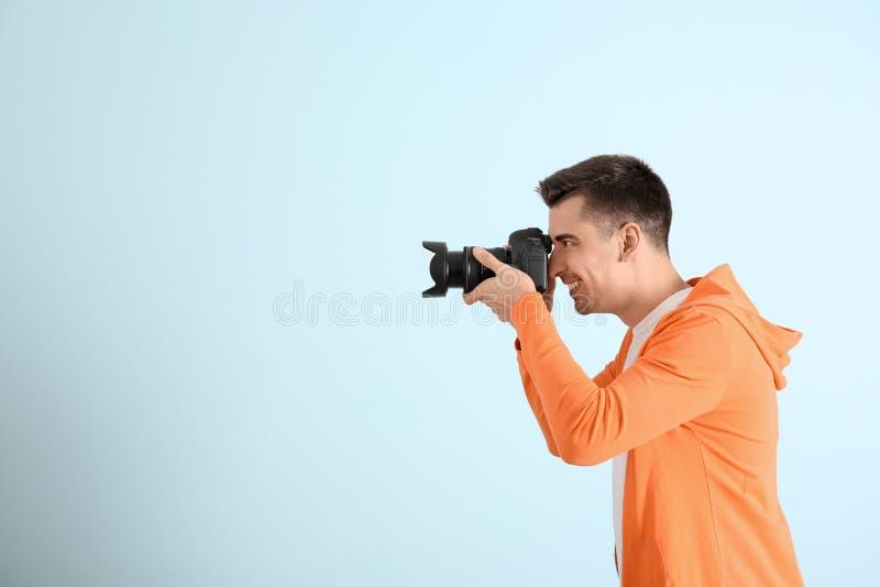 有照相机的男性摄影师 库存图片