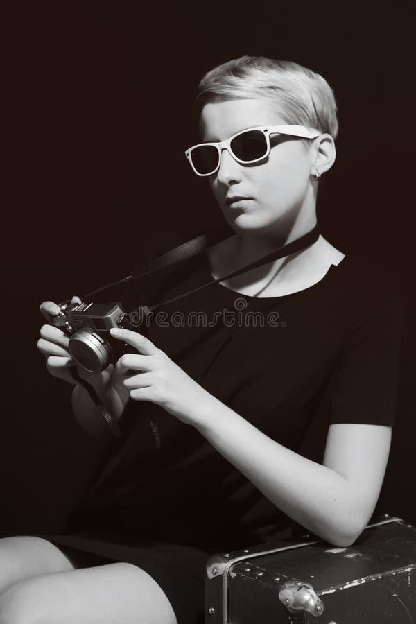 有照相机的年轻美丽的妇女在她的手上 库存照片