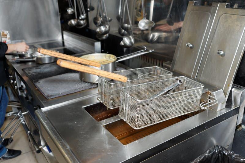 有煮沸的油的深炸锅在厨房 免版税图库摄影