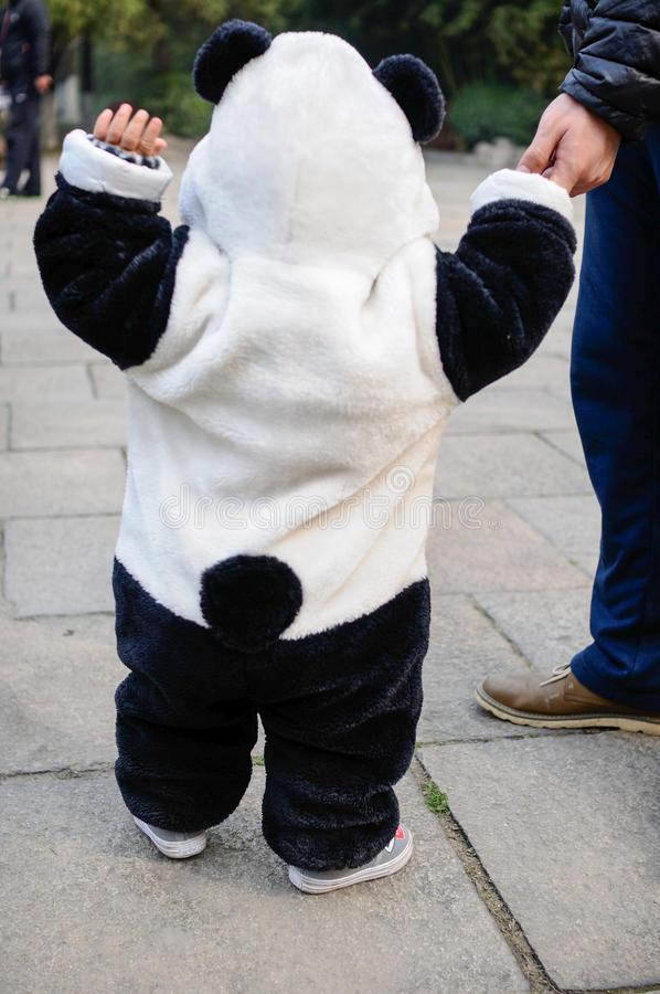 有熊猫的婴孩穿衣 免版税库存图片