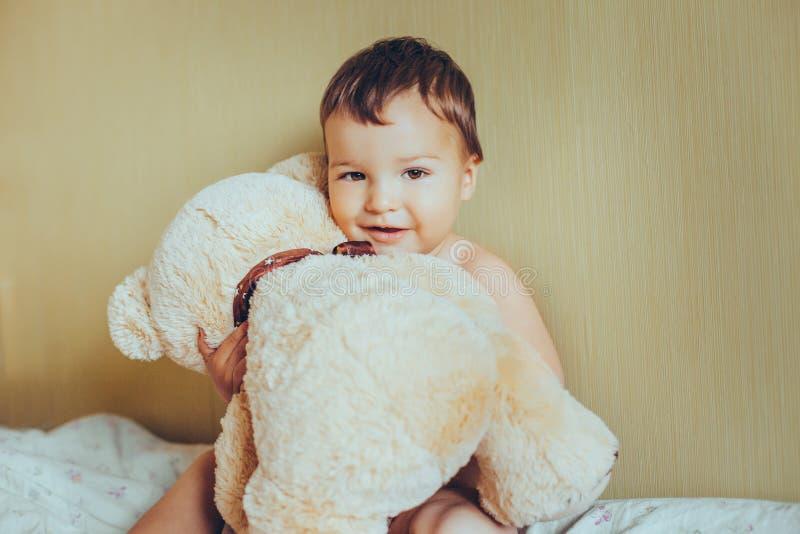 有熊的可爱的婴孩 免版税库存图片