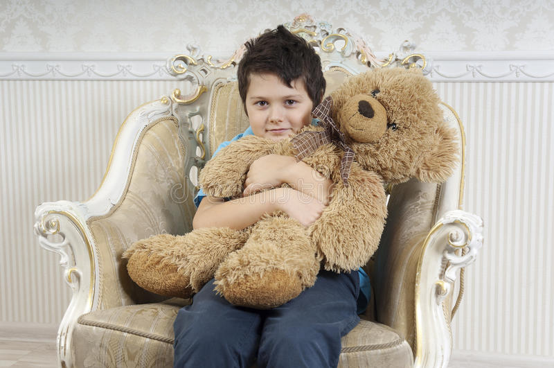 有熊的男孩 库存图片