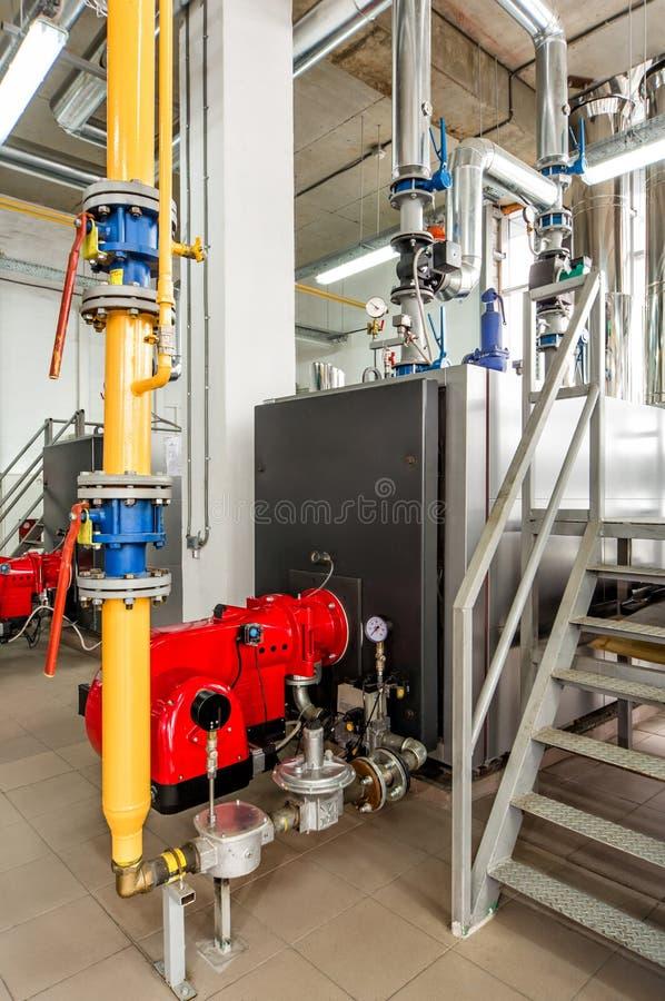 有燃气锅炉和煤气喷燃器的内部燃气锅炉室 免版税图库摄影