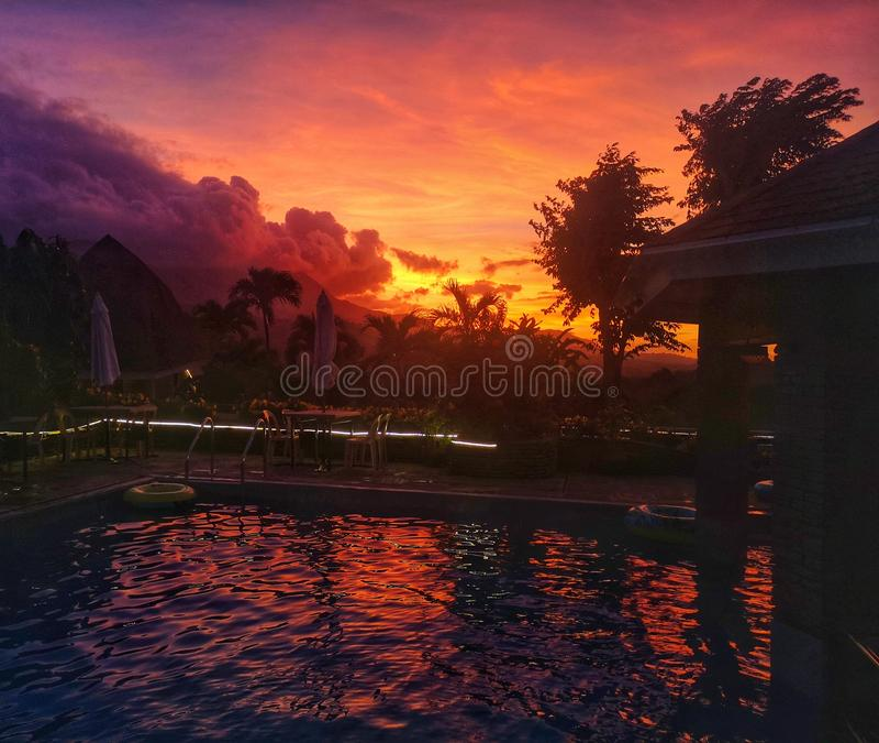 有燃烧的天空的游泳场 库存图片