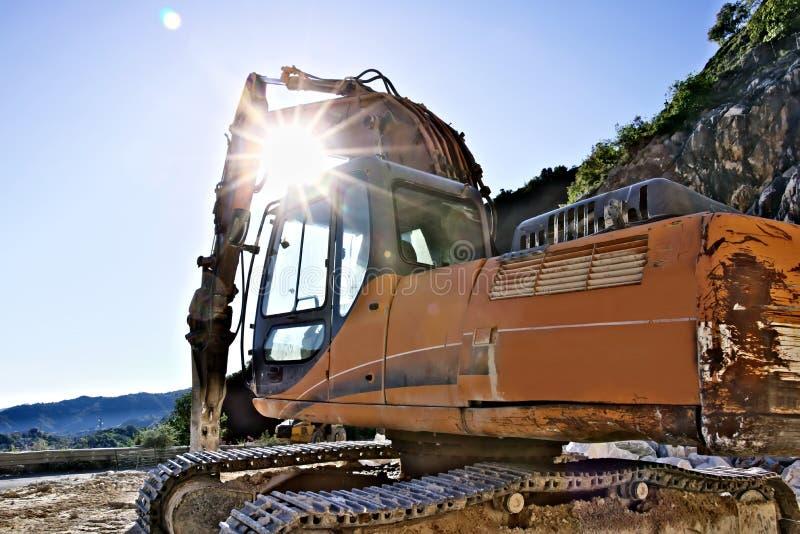有爆破锤子的挖掘机在卡拉拉大理石猎物 库存图片