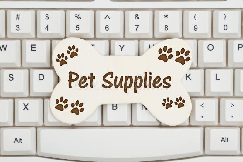 有爪子的一根狗骨头在键盘打印 免版税库存照片