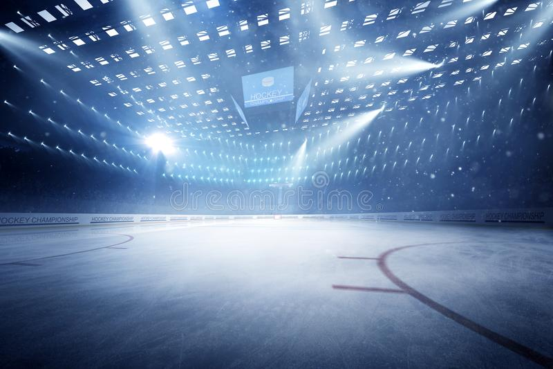 有爱好者的曲棍球体育场拥挤和一个空的滑冰场 免版税库存照片