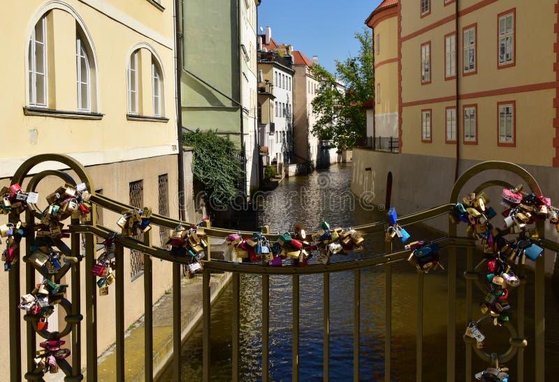 有爱挂锁的桥梁在布拉格 免版税库存照片