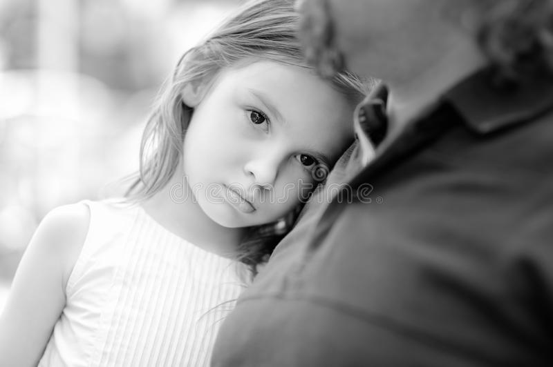 有父亲的哀伤的小女孩 免版税库存图片