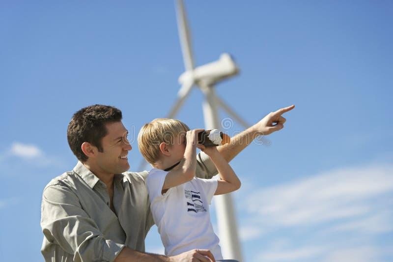 有父亲的男孩风力场的 免版税库存照片