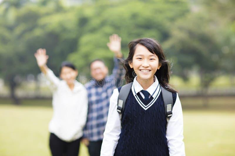 有父母的年轻学生女孩在学校 免版税库存图片