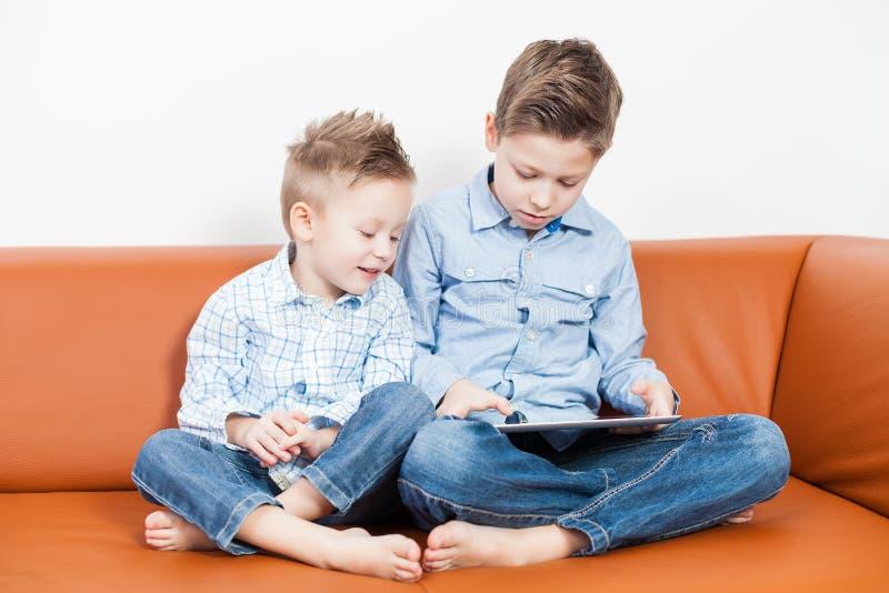 有片剂个人计算机的男孩 库存图片