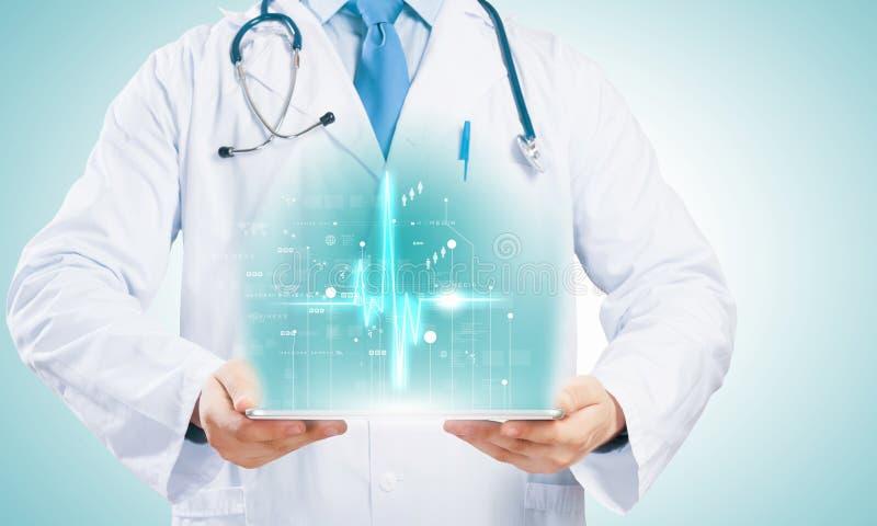 有片剂个人计算机的医生 免版税库存照片