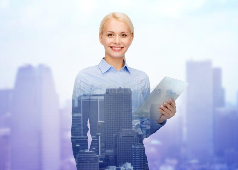 有片剂个人计算机计算机的微笑的女实业家 库存图片
