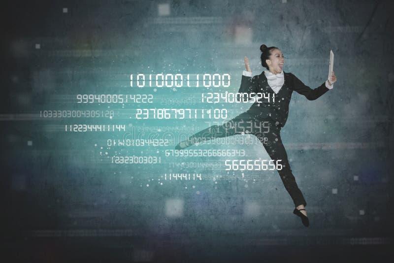 有片剂和二进制编码的女性企业家 免版税图库摄影