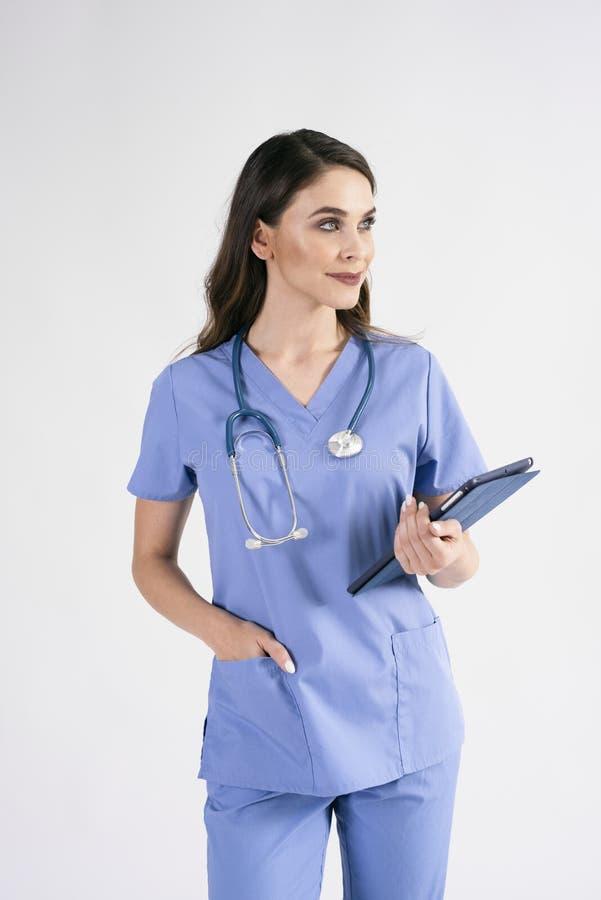 有片剂和听诊器的女性医生在演播室射击 库存照片
