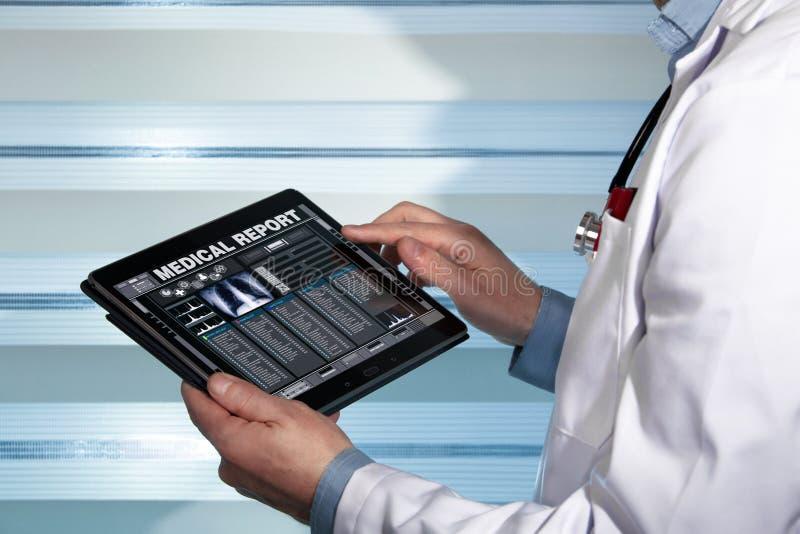 有片剂数据的医生咨询患者的一个医疗报告的 免版税库存照片