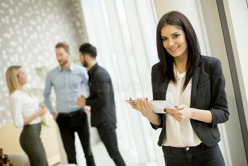 有片剂的女实业家在办公室 图库摄影