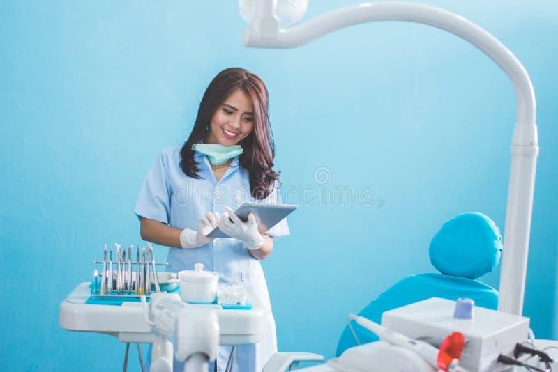 有片剂的女性牙医在医疗办公室诊所 免版税图库摄影