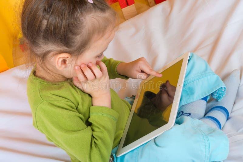 有片剂的小女孩 库存照片