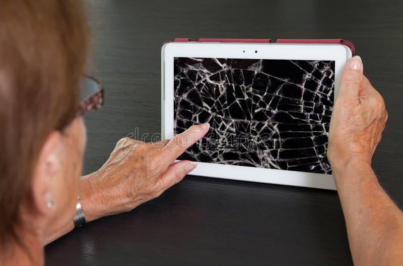 有片剂的,破裂的屏幕资深夫人 免版税库存图片