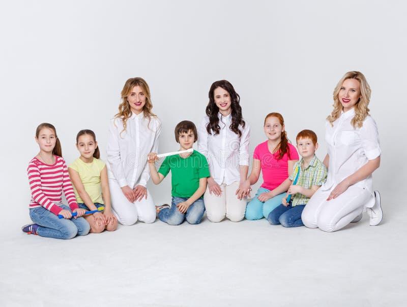有牙刷和医生的孩子白色的 库存照片