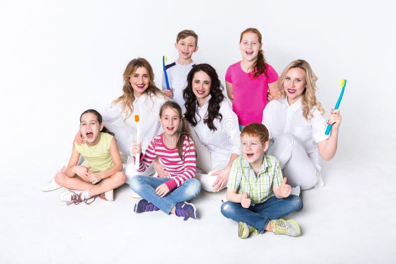有牙刷和医生的孩子白色的 库存图片