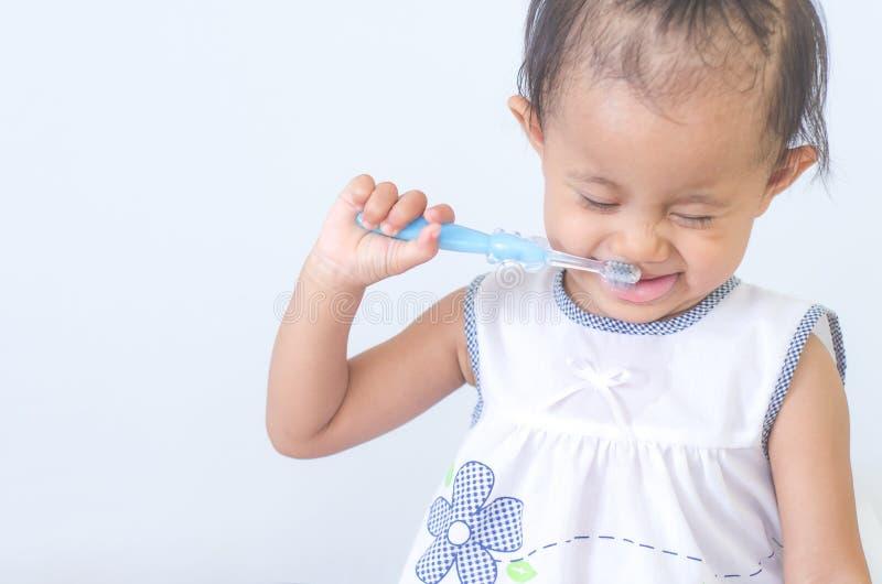有牙刷的亚裔女婴 免版税图库摄影