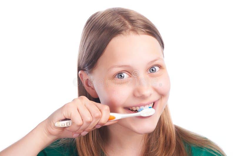 有牙刷的愉快的青少年的女孩 免版税库存图片