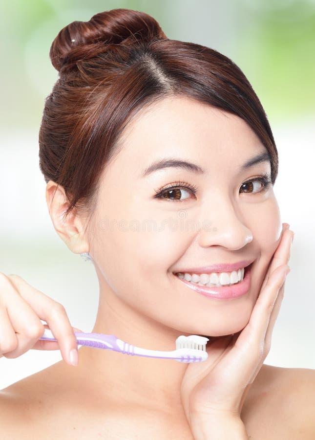有牙刷的微笑的妇女清洁牙 库存图片