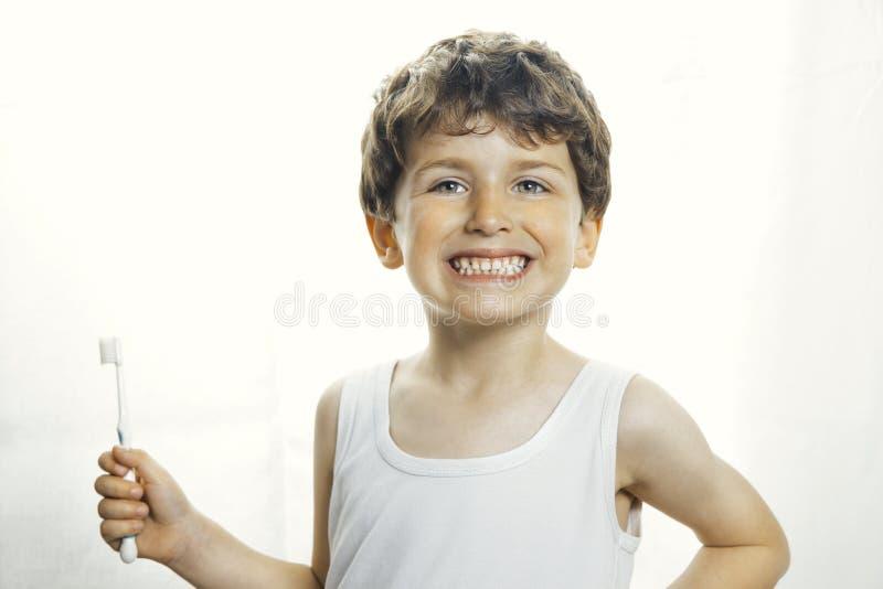 有牙刷的兴高采烈的男孩 免版税库存照片