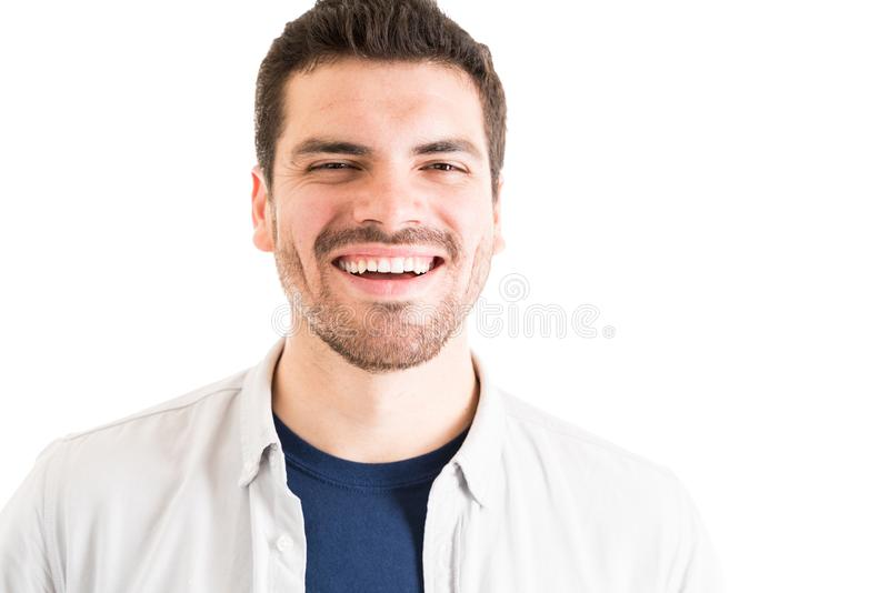 有牙微笑的人在演播室 免版税库存图片