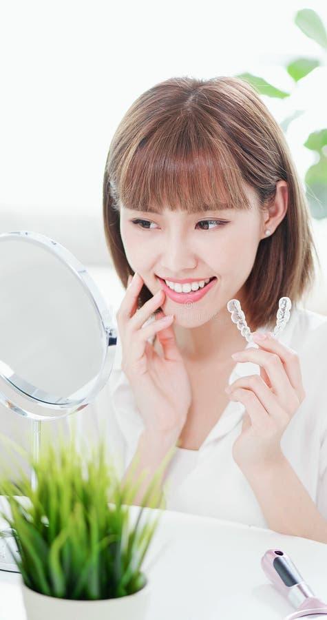有牙无形的括号的妇女 免版税库存图片