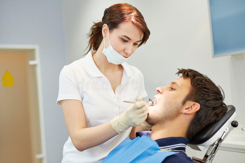 有牙痛的人在牙医 免版税库存图片