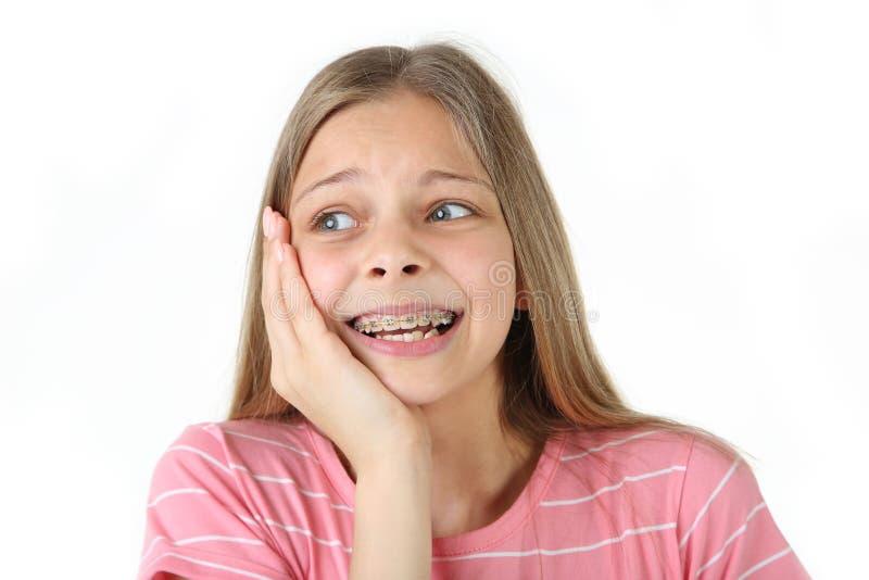 有牙齿括号的女孩 免版税库存图片