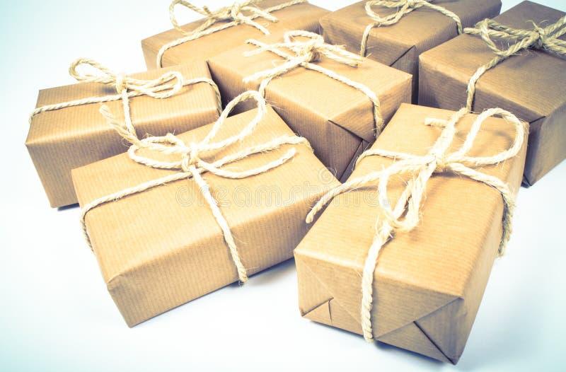 有牛皮纸的土气小包礼物盒 免版税库存图片