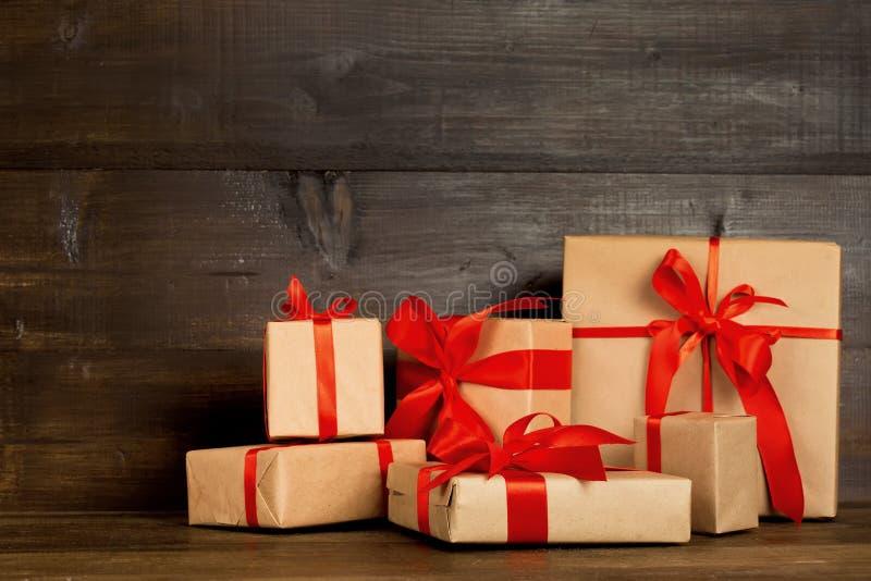 有牛皮纸的礼物盒木表面上 免版税库存照片