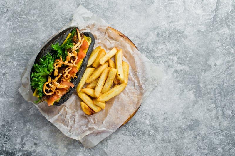 有牛肉kebab和焦糖的葱的黑热狗 E 库存照片