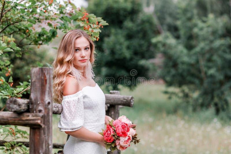有牡丹花束的新娘在她的手上 免版税库存照片