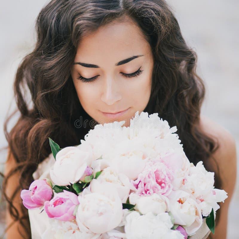 有牡丹花束的美丽的女孩  库存图片