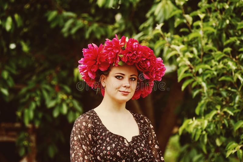 有牡丹花的美丽的少妇 库存图片