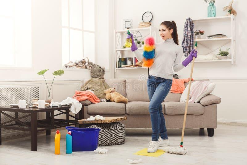 有特别设备清洁房子的妇女 库存照片