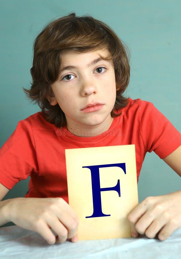 有犯规分的F -失败青春期前的男孩 免版税库存图片
