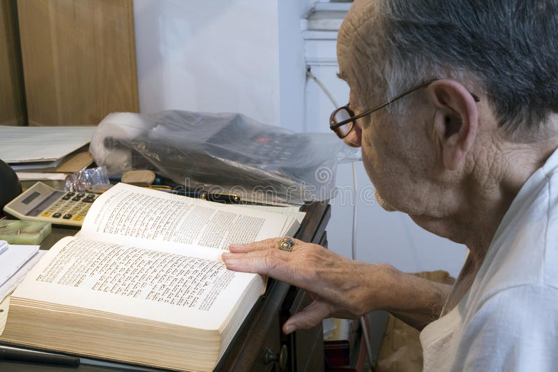 有犹太祈祷书的前辈 免版税图库摄影
