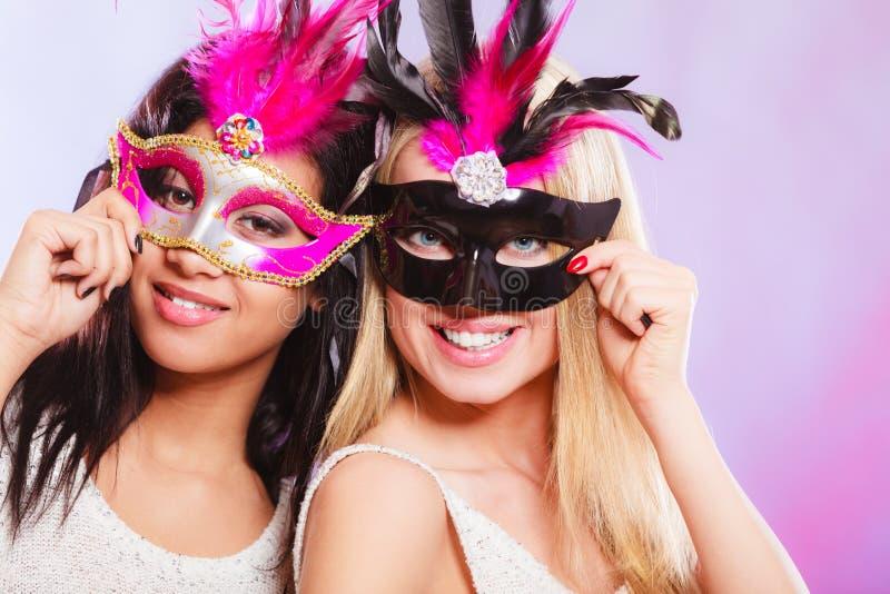 有狂欢节威尼斯式面具的两名妇女 免版税库存照片
