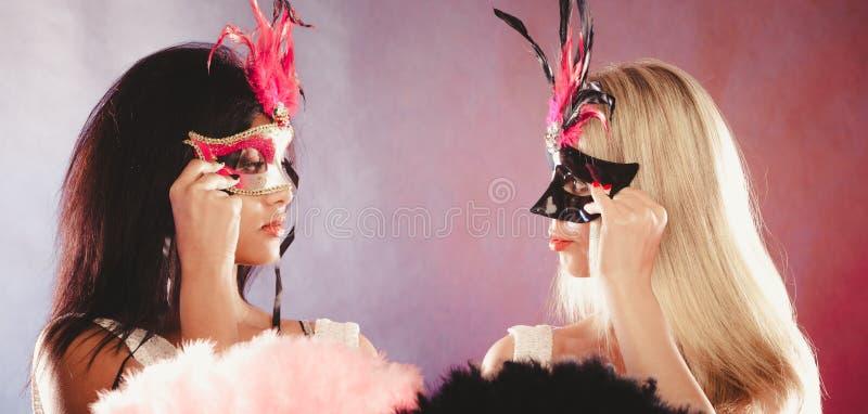 Download 有狂欢节威尼斯式面具的两名妇女 库存图片. 图片 包括有 女孩, 人力, 羽毛, 装饰, 风扇, 破擦声 - 62530221