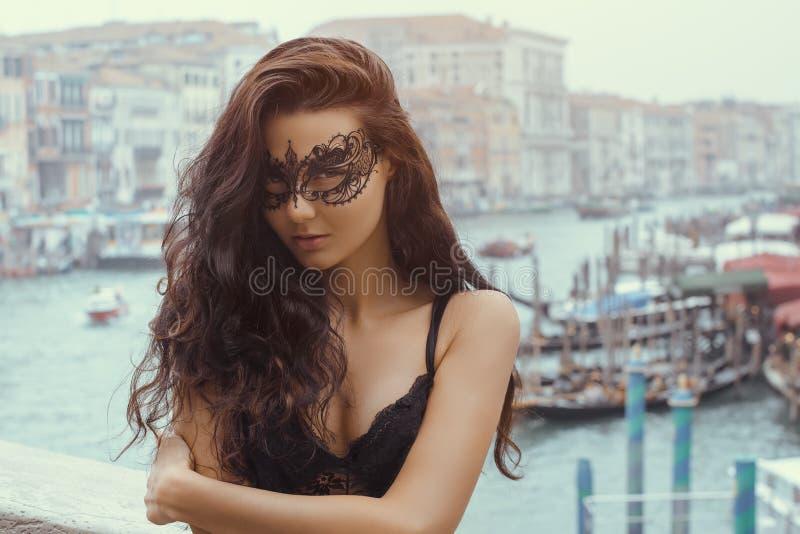 有狂欢节面具的妇女在威尼斯 免版税库存照片