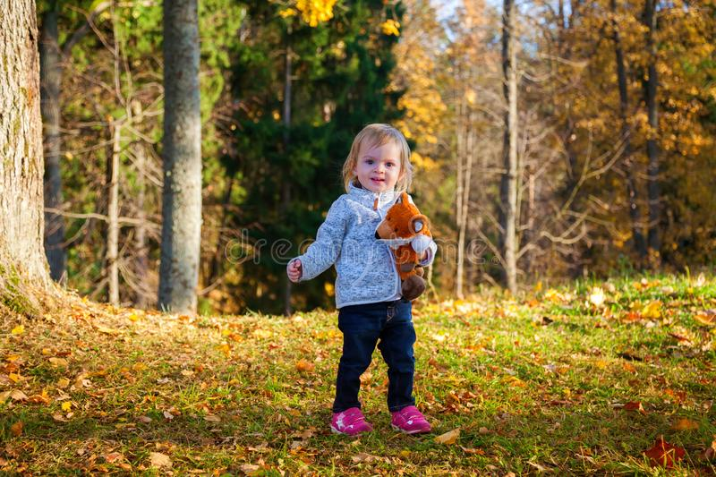 有狐狸玩具的女婴 免版税库存照片